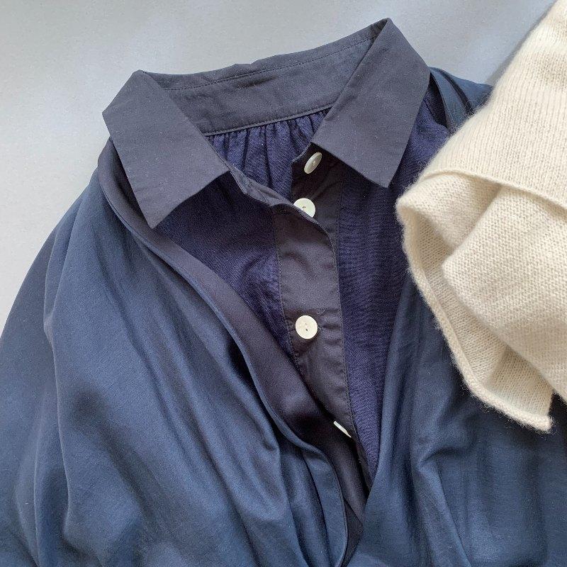 画像: ネイビーのガウンもパジャマと同じブランド「pageaérée」のもの。カシミアの薄手のストールは「evam eva」のもの。部屋や移動の機内などで寒いとき用に購入