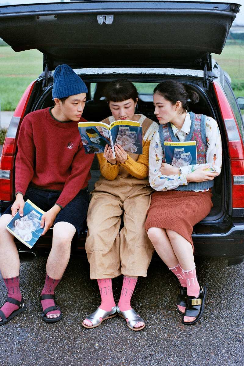 画像: テンモアの本『+10 テンモア 台湾うまれ、小さな靴下の大きな世界』(トゥーヴァージンズ)を読みながら