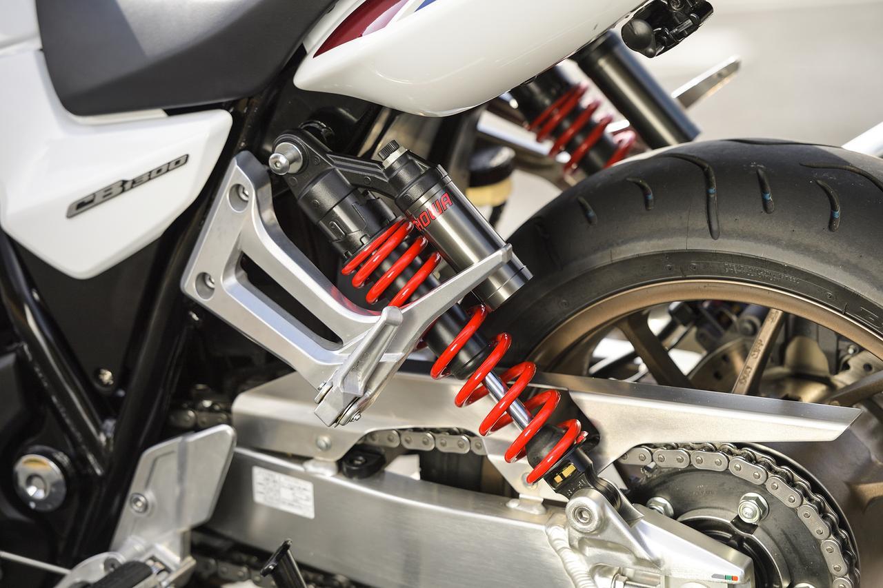 画像: オーセンティックな2本サス。リヤサスペンションも設定が変更されバンク中の接地感がより明確に感じられるようになっています。伸び側と圧側のダンピング、プリロードの調整が可能です。
