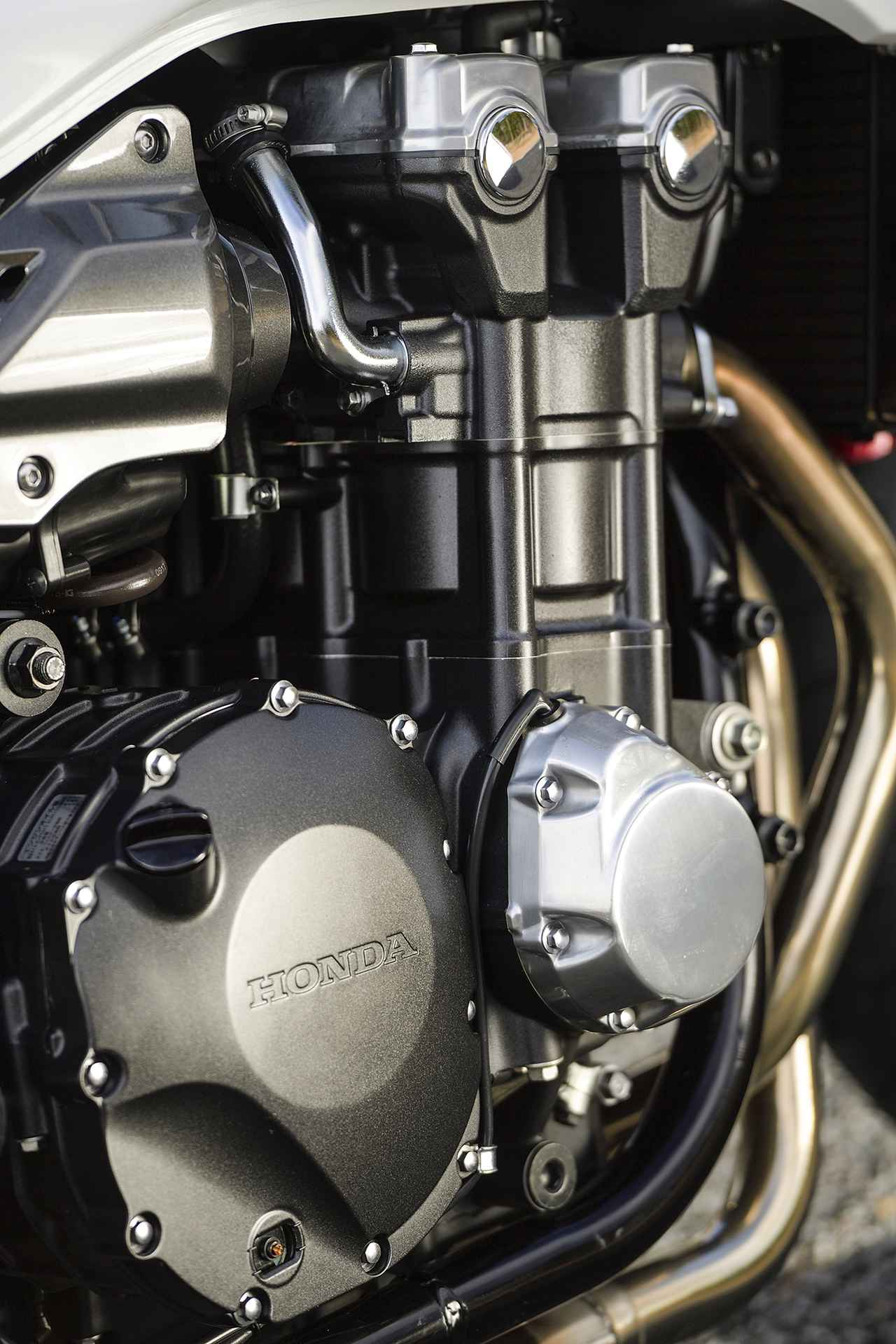画像: 110馬力に引き上げられた最高出力を持つ直列4気筒エンジンがCB1300を象徴する。レスポンスも鋭くなり、全域に渡って力強さがアップ。すべての回転域がトルクバンド状態!