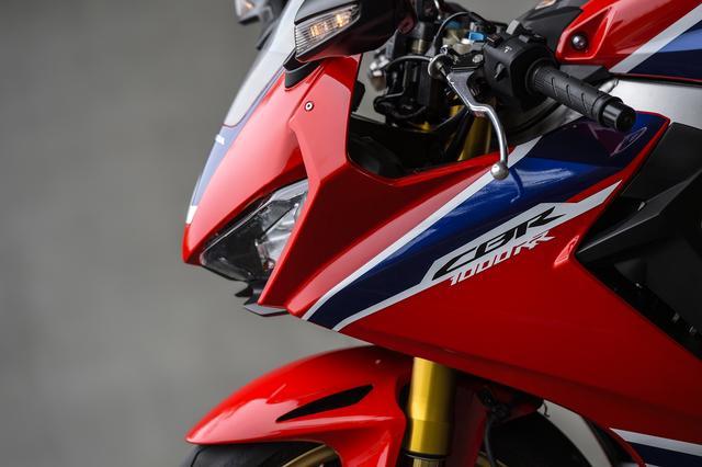 画像: 新型はヘッドライトを500g軽量化に成功しているらしいです。500gって……そこにこだわるのはCBR1000RRっていうバイクなんですね。