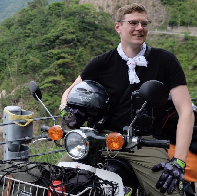 画像: Nathan Connelly 日本では「ミスター・カブ」という名前で親しまれ、 日本で大好きなスーパーカブを乗り回し、 タレントとしても活動する反面、 本国のアメリカではアニメのディレクターNathan Connellyとしても活動する。