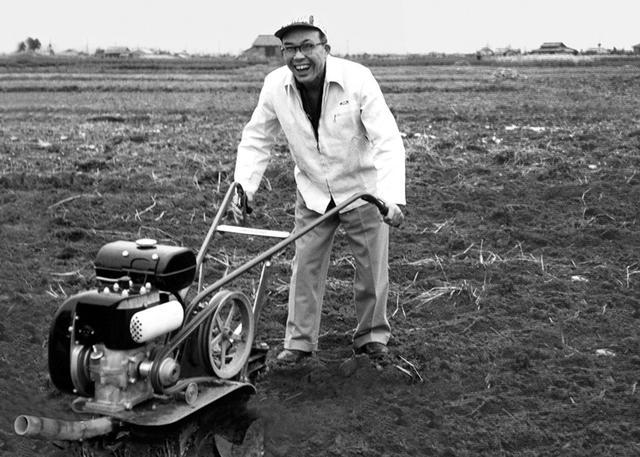 画像: 畑を耕す、本田宗一郎さんの笑顔が素敵ですね。 www.honda.co.jp