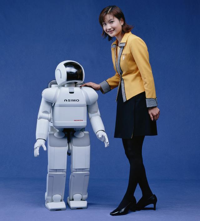 画像: 2000年、ヒューマノイドロボットとして作られた「ASIMO」(アシモ)。日本の住宅事情を考慮して、そのサイズが決定されたそうです。一家に一台、の時代がくるのはいつですかね? www.honda.co.jp