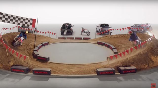 画像: ぐるぐるぐるぐるーっっと2台のバイクがダートコースを回ります。