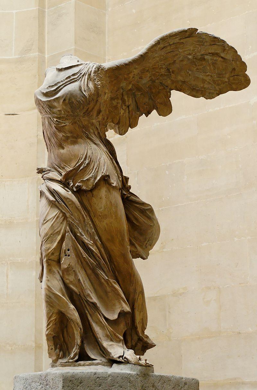 画像: ギリシャ共和国のサモトラケ島で1863年に最初に胴体部が発見された「サモトラケのニケ」像。 ja.wikipedia.org