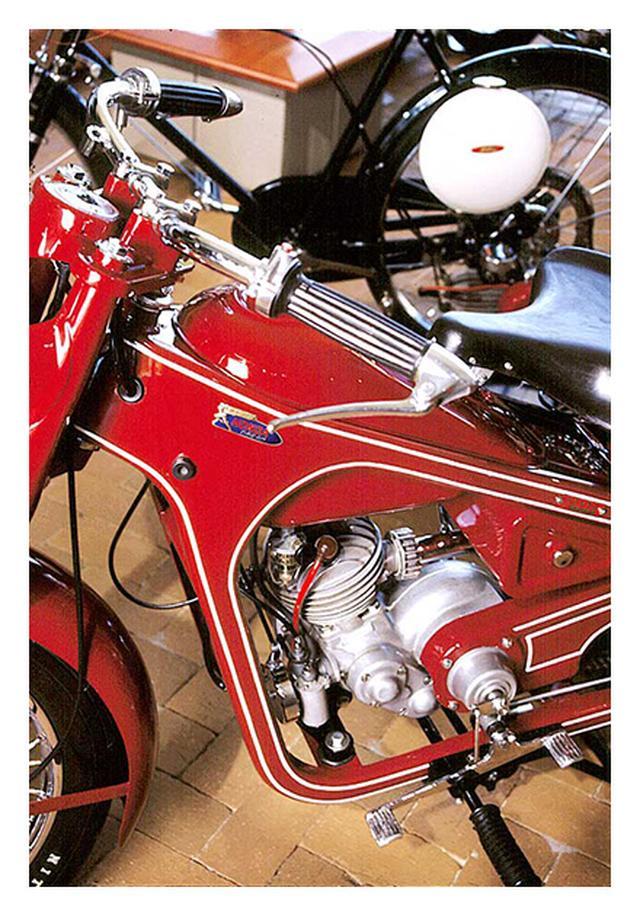 画像: 1949年、ホンダ初の本格モーターサイクルとして完成したドリームD型のチャンネルフレームにも、「サモトラケのニケ」仕様のエンブレムが使われていることがわかります。 www.honda.co.jp