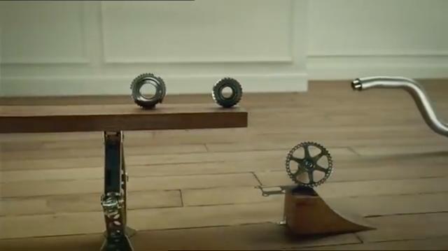 画像: コロコロ・・・と転がるギアなどのパーツが、「力」の伝達のリレーをしていきます・・・。 www.youtube.com