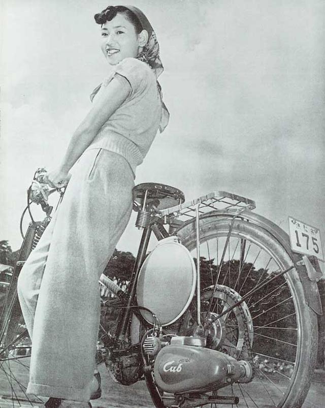 画像: 1952年3月に試作が完成し、6月に発売されたカブF型。本田宗一郎さんの右腕だった藤澤武夫さんが考案した「ダイレクトメール戦略」により、およそ15,000軒の自転車店で販売。見事日本中に普及したヒット作でした。 www.honda.co.jp