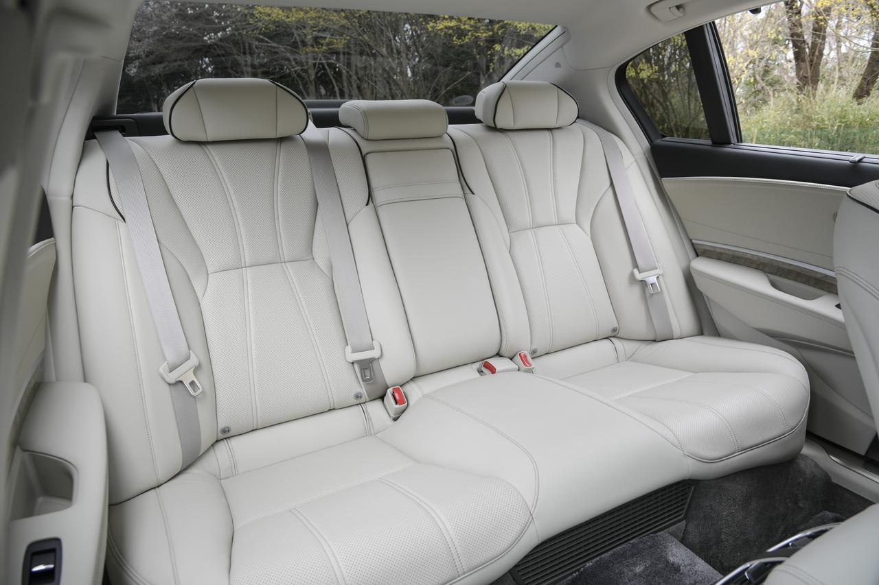画像: 後席のセンターアームレストには音楽のセレクトや温度調節などが行えるコントロールディスプレイを用意する。