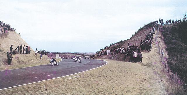 画像: 1962年に行われた鈴鹿サーキットのこけら落としのレースには、2日間共に10万人ずつの入場者が押し寄せました。どれだけ多くの人が、本格的な舗装ロードレース用サーキットの誕生を待ちわびていたかを示す数字と言えるでしょう。 www.honda.co.jp