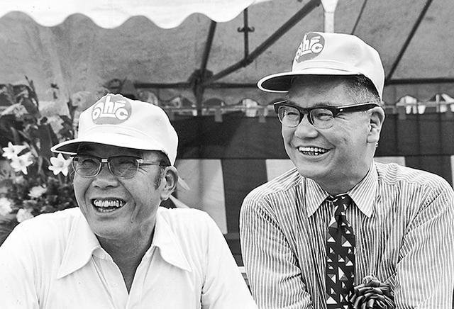 画像: 1972年、社員の創意工夫の発表の場でもある「オールホンダ・アイデアコンテスト」会場にて、笑顔を見せる本田宗一郎(左)と藤澤武夫。 www.honda.co.jp