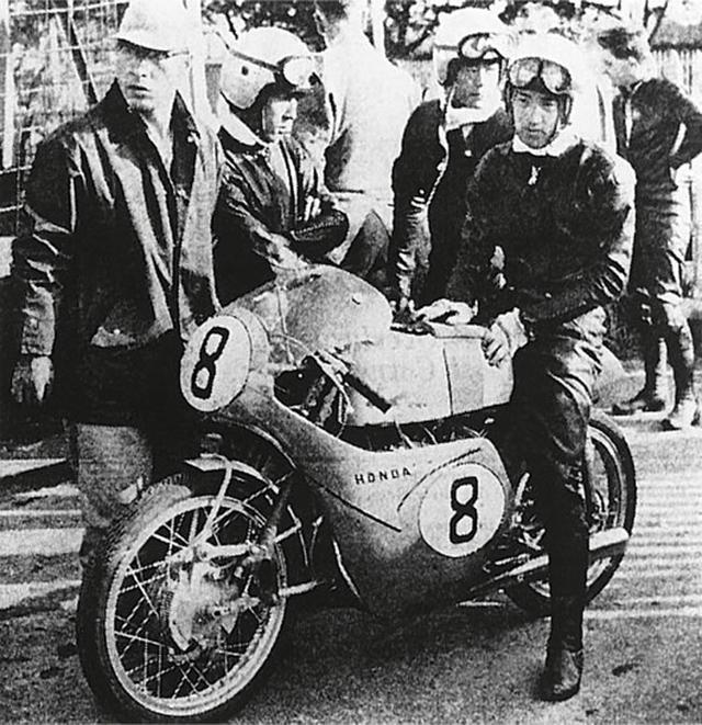 画像: 1959年のマン島TT初遠征。125ccクラス6位完走したホンダRC142と谷口尚巳(車上)。 www.honda.co.jp