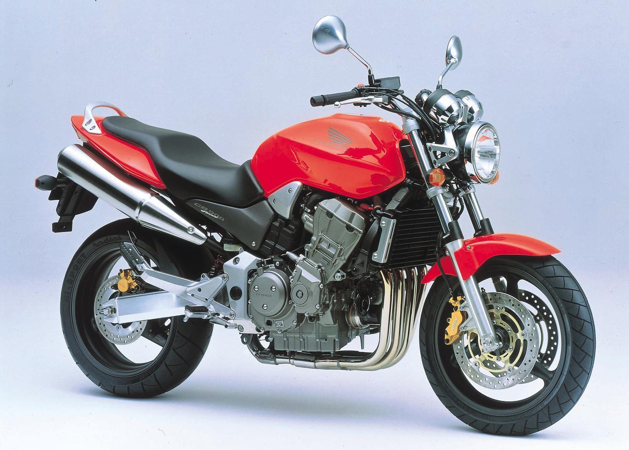 画像: CB900 HORNET(2001) 250、600に続くシリーズトップモデルとして登場。エンジンの真上に太い角パイプを通したモノバックボーンフレームに、1998~1999年型CBR900RRの918ccユニットを搭載。輸出仕様の名前はCB900F、日本仕様はCB900ホーネットとなる。