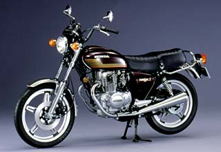 画像: 1977年のホンダ ホークII CB400Tは、空冷4ストローク2気筒OHC3バルブ395ccを搭載するスポーツ車です。 www.honda.co.jp
