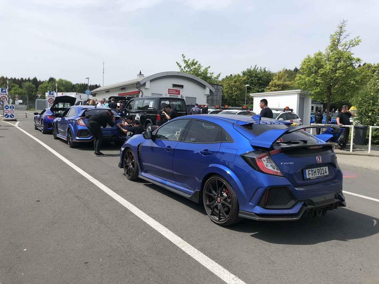 画像: この日のニュルブルクリンク体験走行に集まったホンダ車はこの3台。すべて同じブルーのボディカラーで、当日はかなり目立つ存在だった。