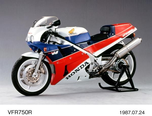 画像: 1987年に国内市場にも投入されたホンダRC30ことVFR750R。当時新たに成立するSBK(世界スーパーバイク選手権)を意識して生まれたホモロゲーションモデルであり、ワークスTT-F1マシンのRVF750譲りのV4エンジン、アルミフレーム、片持ち式プロアームなどを採用。レースユーザーだけでなく、一般のライダーたちからも熱烈に支持されたモデルでした。ちなみにプロダクトナンバーは「MR7」です。 www.autoby.jp