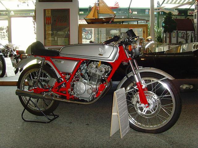 画像: 1962年デビューの市販レーサー、ホンダCR110のレプリカとして登場した原付スポーツのドリーム50。DOHC4バルブ単気筒・・・という構成もCR110を意識して採用されたものです。なおHRCキットパーツも発売されていました。 ja.wikipedia.org
