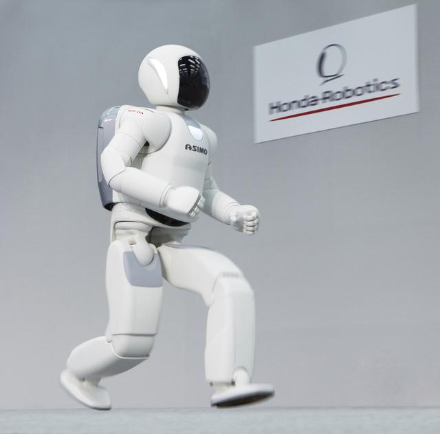 画像: 初代ASIMOは6km/hだったが、2代目では最大速度9km/hで走ることができる。