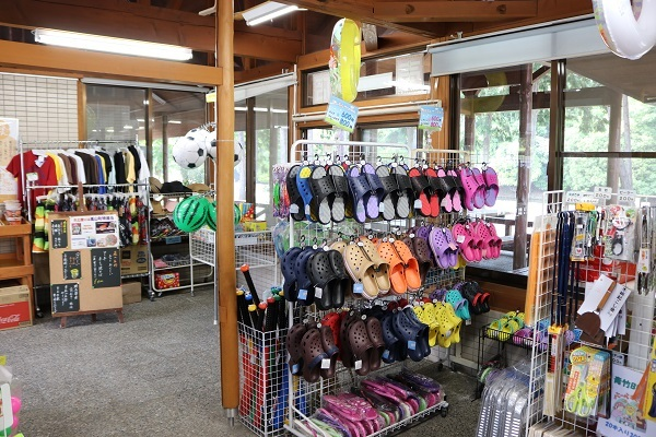 画像: 近くに売店もあるので急遽川遊びをすることになっても大丈夫! www.town.ranzan.saitama.jp