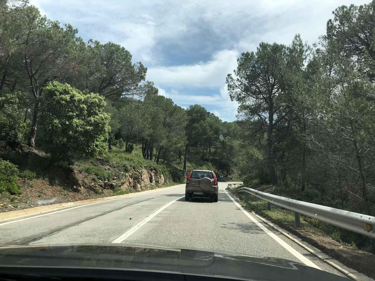 画像: スペイン タラゴナのワインディングロードでホンダCR-Vに遭遇。スマホを取り出して撮影。