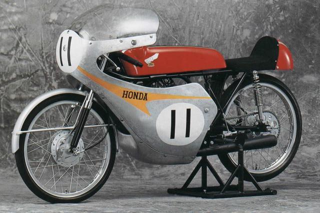 画像: 1962年、同年会場した鈴鹿サーキットで開催された「第1回全日本選手権ロードレース大会」で、トミー・ロブのライディングによりデビューウィンを飾ったRC112。カムギアトレイン式DOHC2バルブの2気筒を搭載。最高出力は10ps以上!でした・・・。 www.vf750fd.com