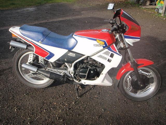 画像: こちらはMVX250Fですが、幻のMVX400Fもほぼ同じスタイルだったようです。なおMXV250Fは日本国内以外にも、海外数カ国で販売されていました。 en.wikipedia.org