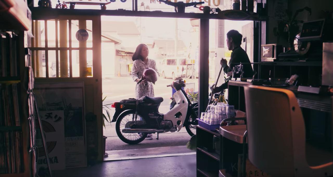 画像: いろんな人の下で健気に働くスーパーカブの姿がなんとも愛くるしい動画。 - A Little Honda
