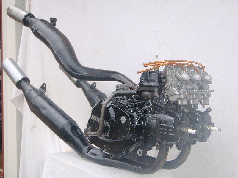 画像: GPマシンのNS500を彷彿させるMVX250Fのエンジン・・・もっともNS500は前1気筒、後2気筒の90度V型でしたが、MVX250Fは諸般の事情から前2気筒、後1気筒というレイアウトになっていました。なおスクエアタイプのフラットバルブ・キャブレターは、量産の国産モーターサイクルとしては初の採用でした。 en.wikipedia.org