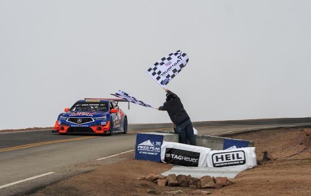 画像: ピーター・カニンガム選手のドライビングで、クラス優勝・総合3位に入賞したTLX GT。