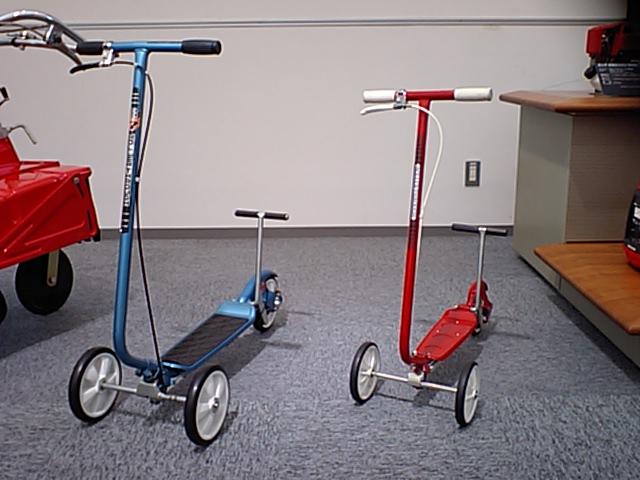 画像: ホンダコレクションホール所蔵のローラースルーGOGO(右)と、ローラースルーGOGO7(左)。なお当時のお値段はローラースルーGOGOが5,500円で、ローラースルーGOGO7が7,700円と、車名と語呂合わせしたような設定でした。 ja.wikipedia.org