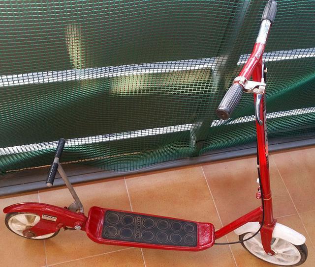 画像: 1976年型「KICK 'N GO 2 」。前輪が1つになっている以外は、マットを敷いたフロア部や後ろの駆動部が、「KICK 'N GO SENIOR 」と同じ作りみたいですね。 www.oldbike.eu