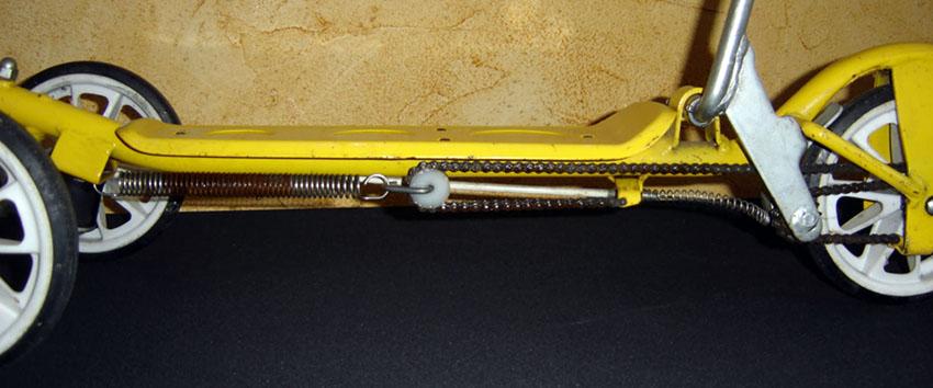 画像: チェーンとスプリングと滑車からなるローラースルーGOGOの駆動部。ペダルをポンピングするように繰り返し踏むことで、テコの力で車輪を転がすという仕組みです。 www.oldbike.eu