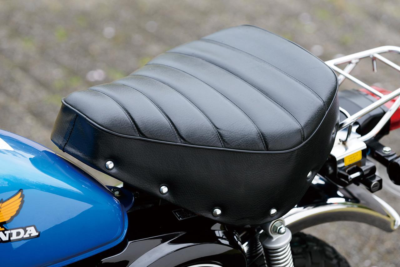 画像: タンク上面のラインと合わせるようにデザインされた形状の鞍型シートもアメリカン風な造り。モンキーの小さなサイズの中でも、充分な快適性も備えている。