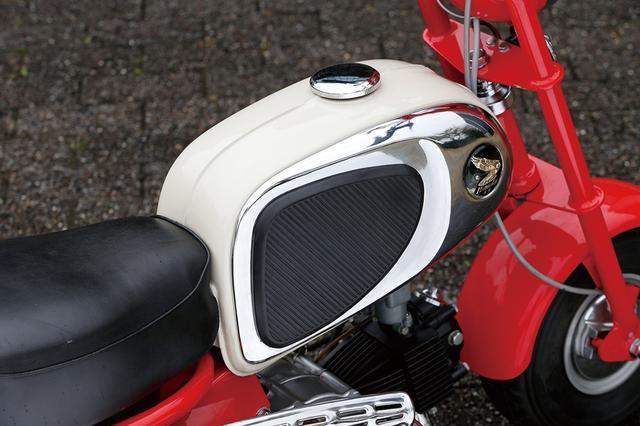 画像: スポーツカブと燃料タンクを共用することでコストダウンを図った。側面にメッキパネルを装着した高級感のあるデザインは、当時のホンダ製スポーツモデルと共通のイメージ。