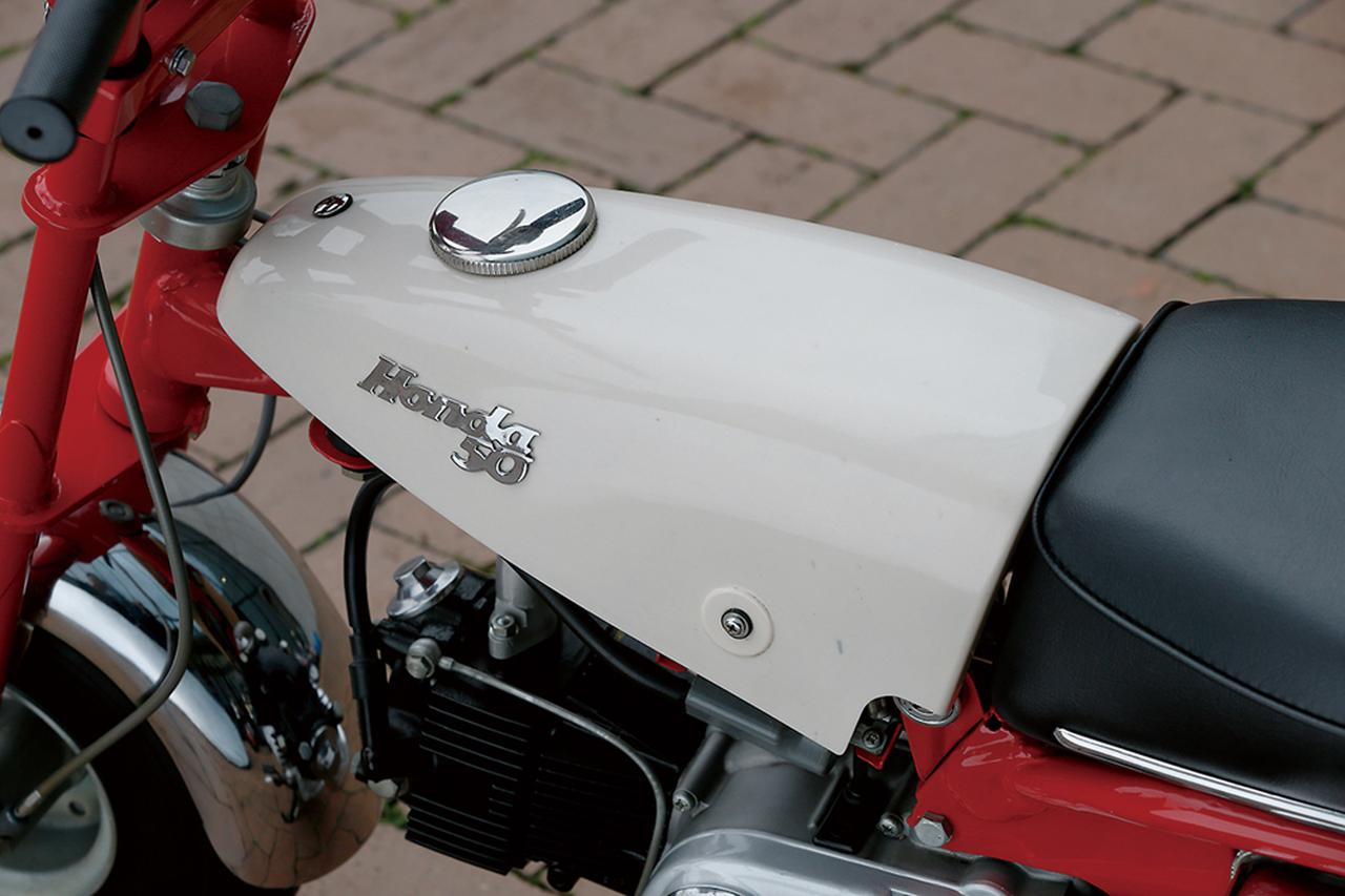 画像: シートと連続したラインを描く、逆三角形デザインのコンパクトなタンクがZ100の特徴。正確には樹脂製のカバーで、内部に金属製のタンク本体が収められている。