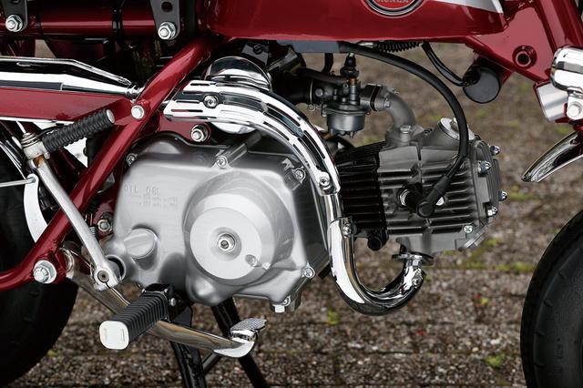 画像: センタースタンドの採用にともない、Z50Aからマフラーの構造が変更された。スーパーカブ系のOHCエンジンそのものの構造やスペックについてはZ50Aと同じ。