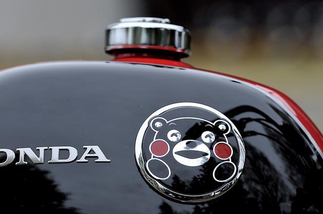 画像: 燃料タンクには、くまモンが笑っている表情をイラスト化したかわいいバッジが装着されているなど、普通のオートバイとはちょっと違った非常にユニークなデザイン。