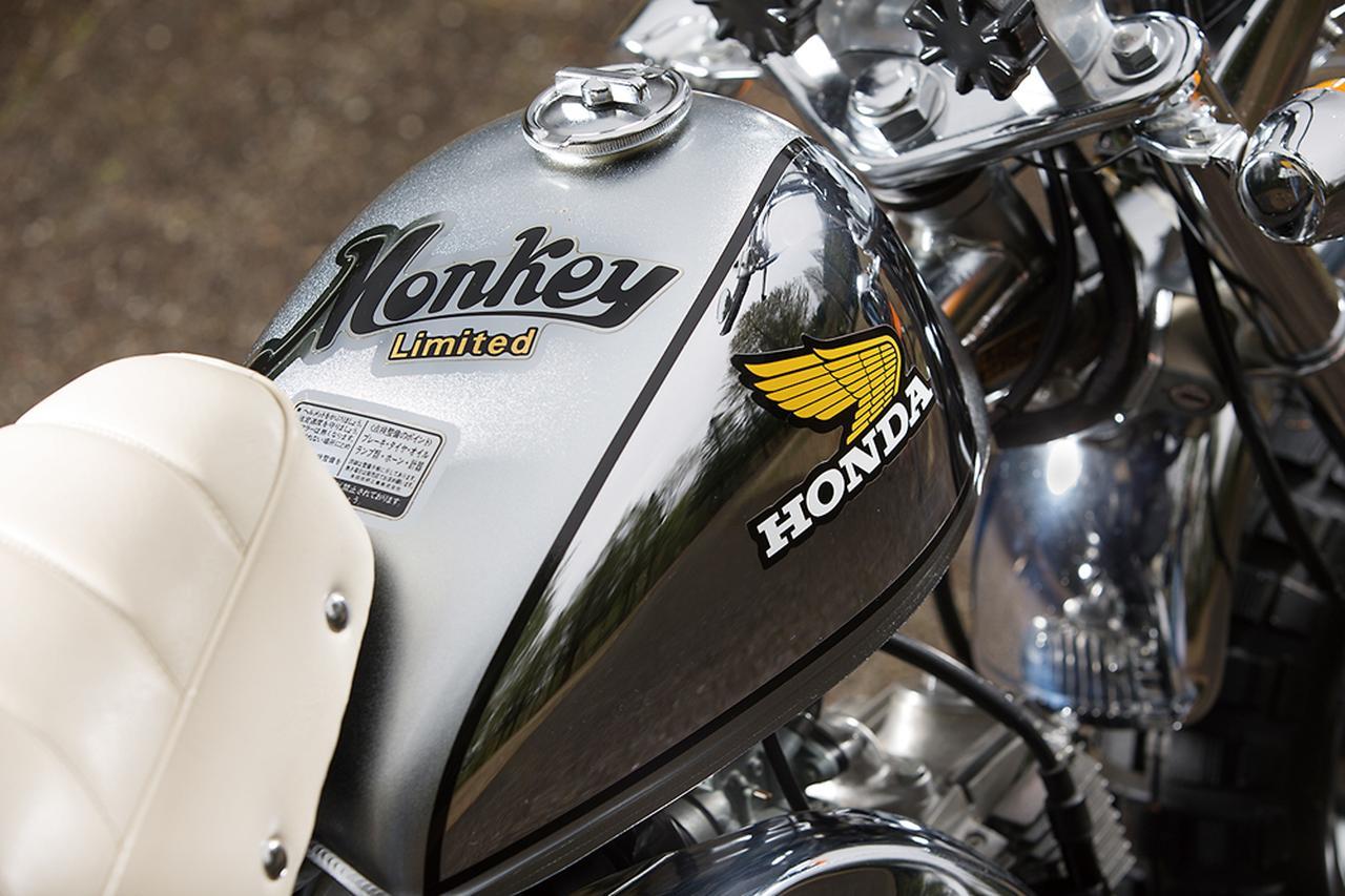 画像: 上面をシルバー、両サイドをメッキとしたツートーンカラーで、ウイングマーク入りのホンダロゴという組み合わせが4速マニュアルクラッチ仕様の特徴。上面のロゴは全車共通。