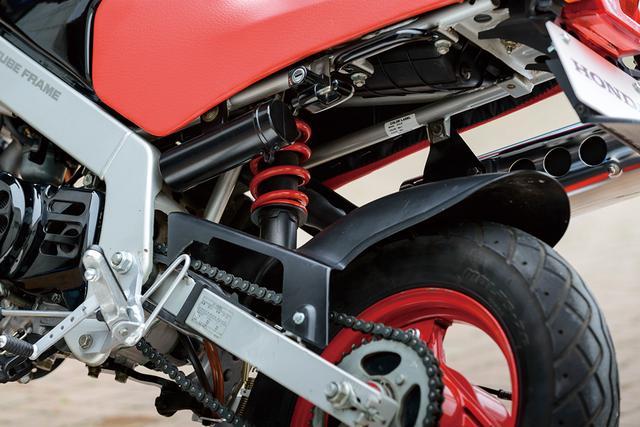 画像: リアサスペンションはモンキーシリーズで唯一となる、リンクレスのモノサスを採用。赤く塗られたスプリングがレーシーな雰囲気を漂わせる。