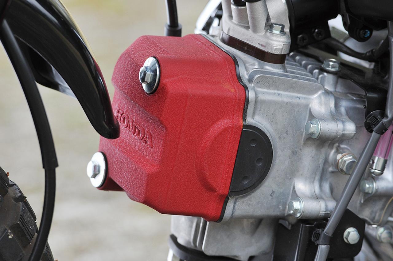 画像: エンジンのシリンダーヘッドカバーが、スタンダードモデルのアルミ地ではなく赤い結晶塗装仕上げとされているのも、くまモンバージョンが初めて採用した。