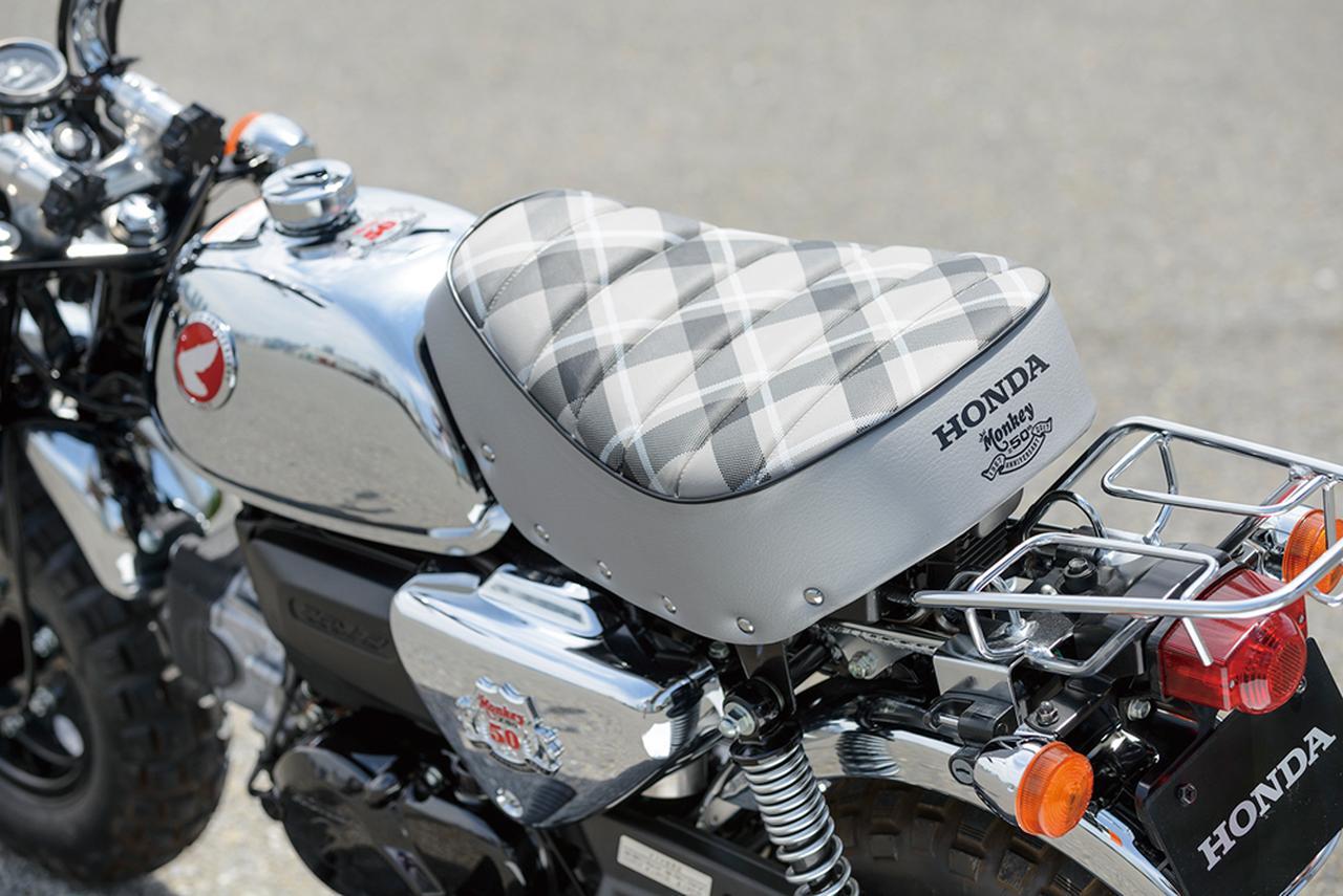 画像: 白ベースのモノトーン仕様のチェック柄シートとメッキパーツの組み合わせが上品な雰囲気。サイドカバーの立体エンブレムは50周年アニバーサリーモデルと共通のもの。