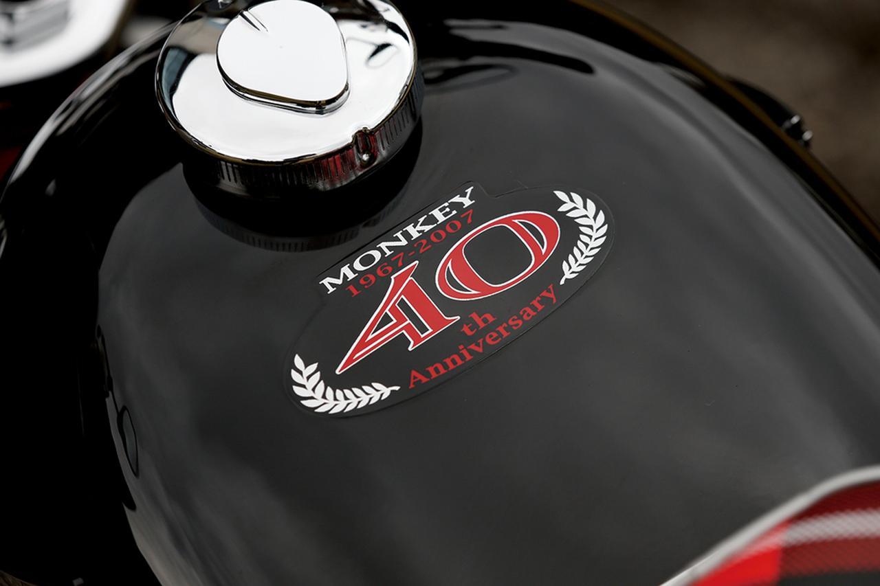 画像: 艶やかなグラファイトブラックに塗られた燃料タンクの上面には、40周年記念モデルの証である専用のステッカーが貼られている。