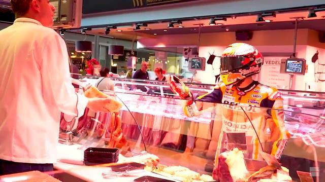 画像: 生鮮食品売り場で、お買い物を楽しむM.マルケス・・・。 www.youtube.com
