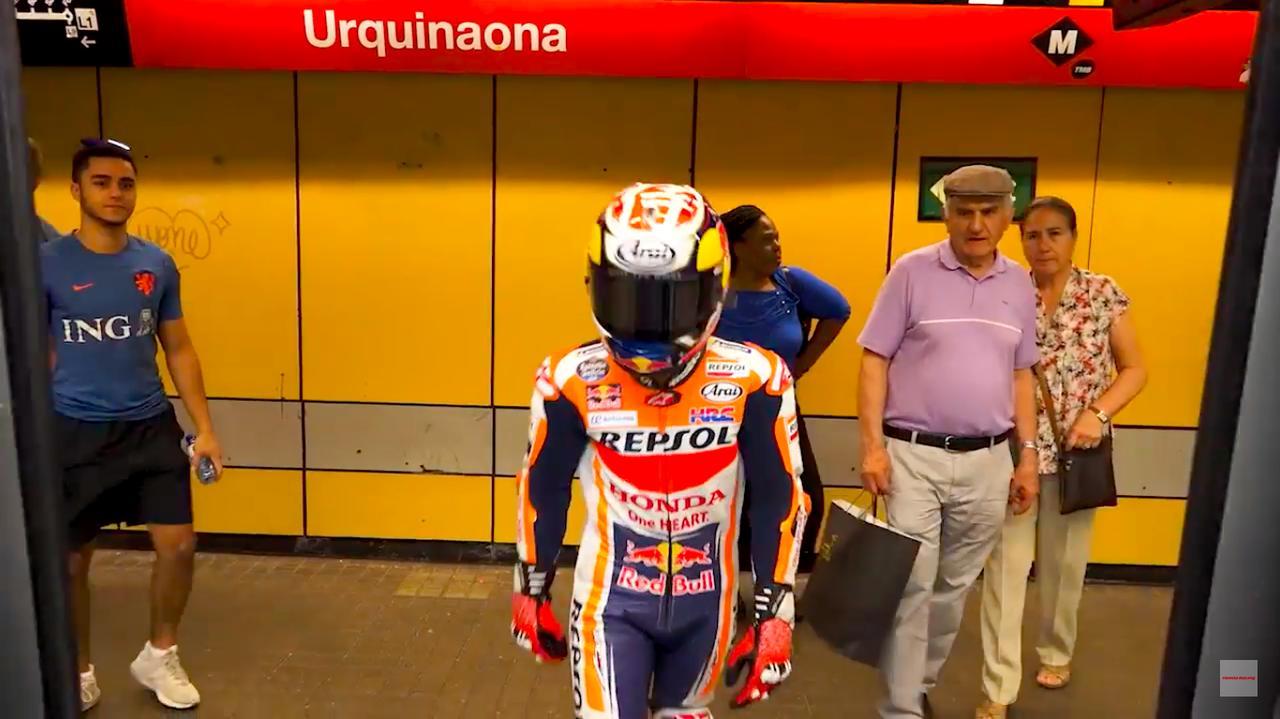 画像: このカッコで電車にも乗ります・・・。 www.youtube.com