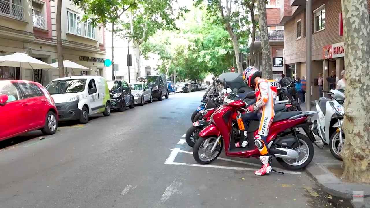 画像: スクーターに乗ったり・・・これは少し違和感ないかな・・・と一瞬思いましたが、街中でこんなフル装備でスクーターに乗る人はいないですよね・・・。 www.youtube.com