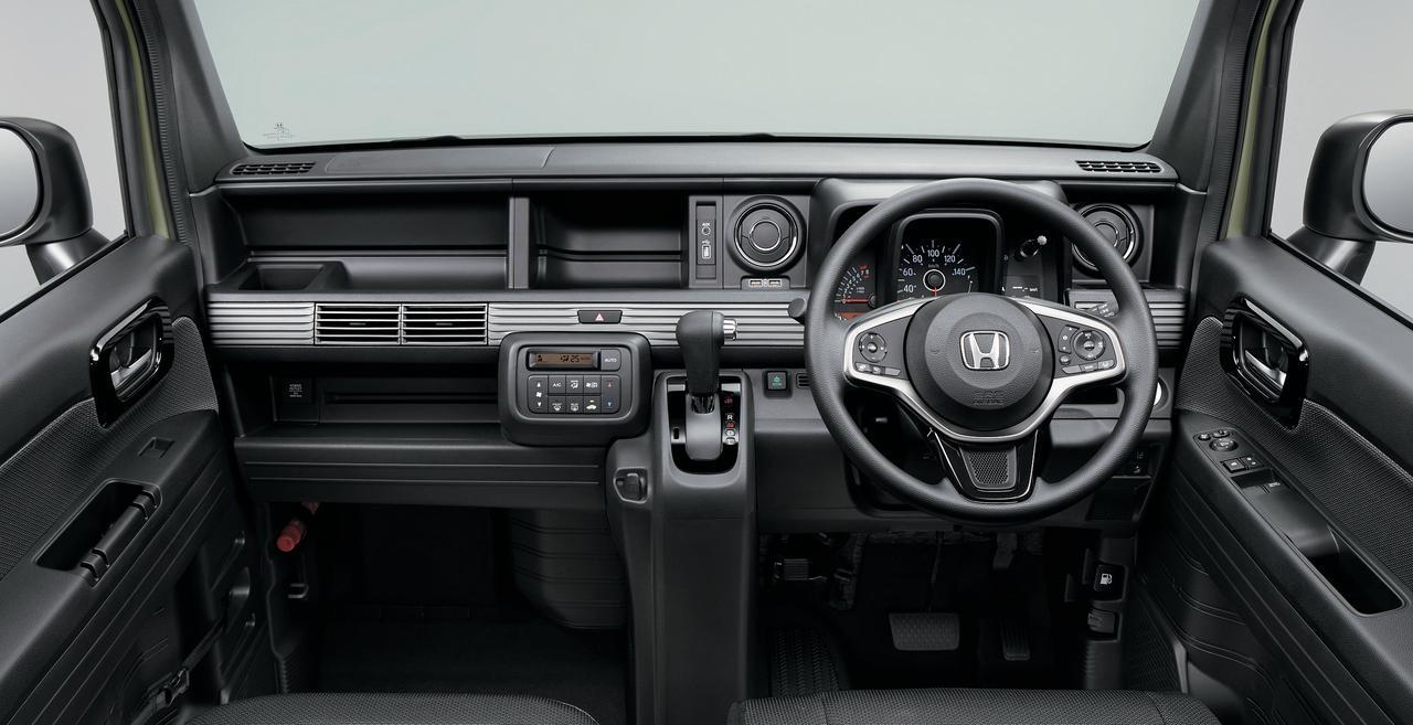 画像: 「+STYLE FUN Honda SENSING」のインテリア。デザイン的にも遊び心がたっぷり感じられます。一見オーディオレスに見えますが、「+STYLE」系はオーディオ本体が助手席側のトーボード内側に装備されています。ここにiPodなどの音源を接続すれば、音楽を楽しむことは可能。大型トレーになっているセンター部には、オプションで8インチ大画面のインターナビ(VXM-18VFEi)などを装着することができます。