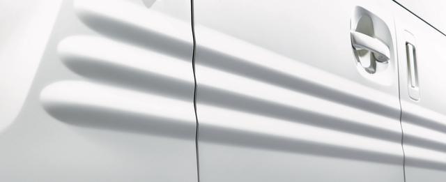 画像: N-BOXは抑揚のはっきりしたサイドパネルだけれど、N-VANはフラットな面に3本のビードをあしらって、より「ツール感」をアピールしています。