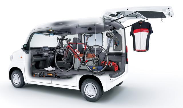 画像: 27インチのロードバイクもしっかり搭載。ジョイントベルトなどの固定器具も豊富に用意されています。