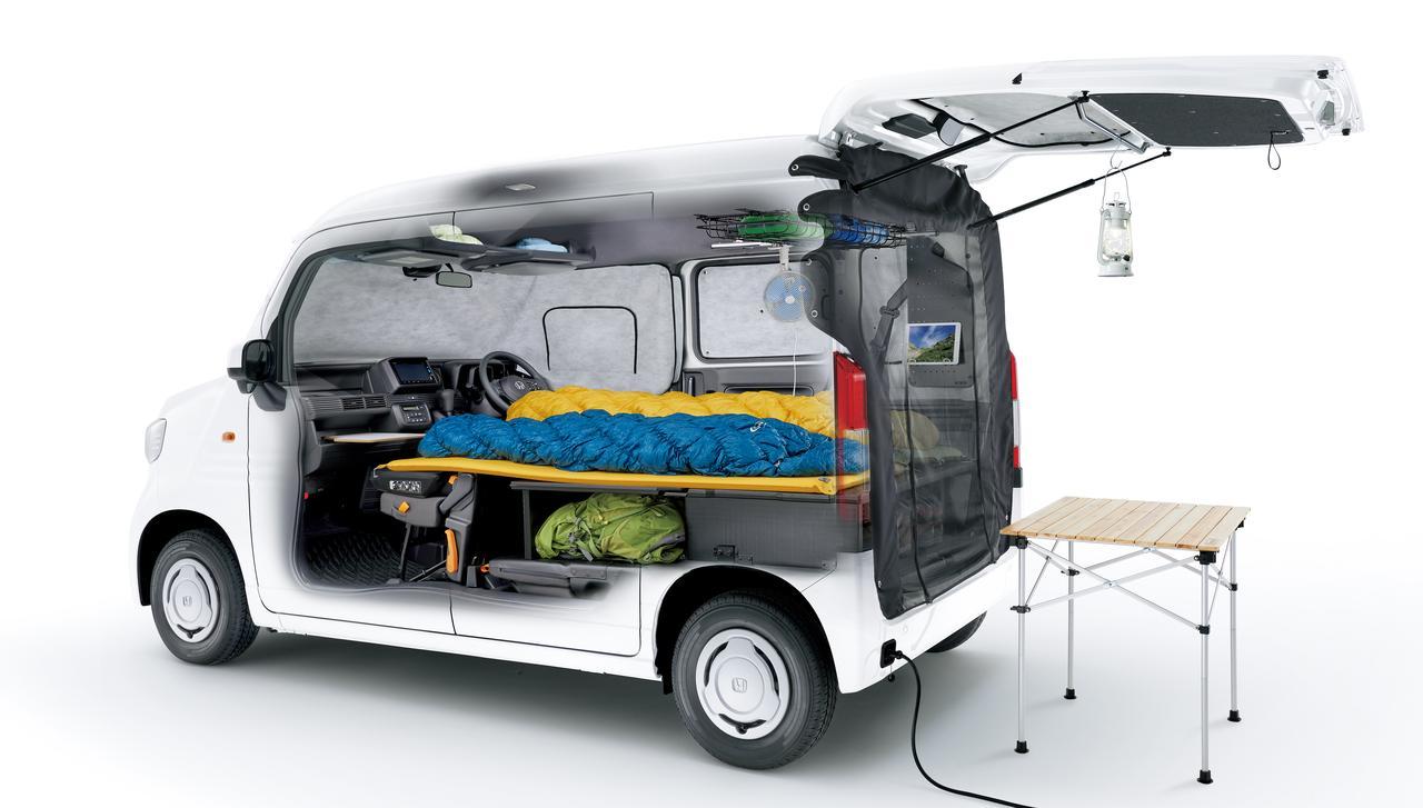 画像: マルチボードを使った簡易ベッドやテールゲートメッシュなどで快適に。外部電源入力キットも用意されます。